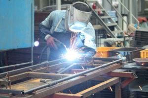 Menos empleo, pero mejor pagado en el sector manufacturero, reporta el Inegi.
